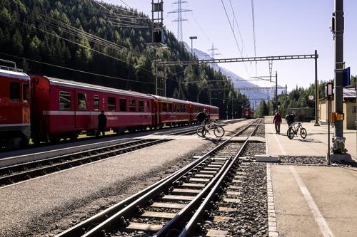Scendo Dal Treno E Pedalo Dizy Foto